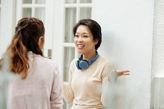 Emocjonalna kobieta rozmawia z przyjacielem