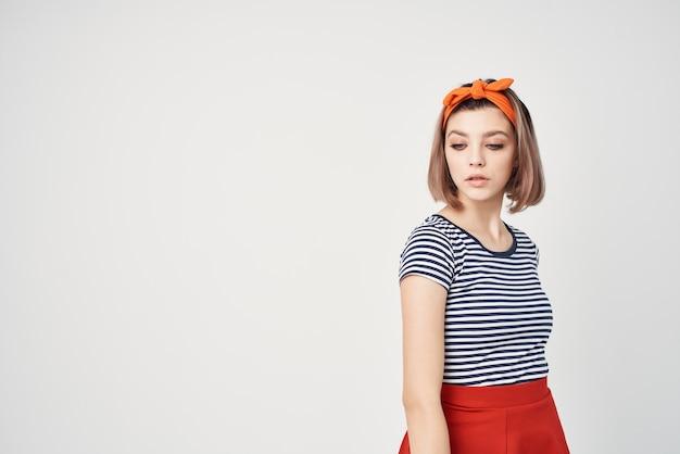 Emocjonalna kobieta w nowoczesnej koszulce w paski pozowanie glamour