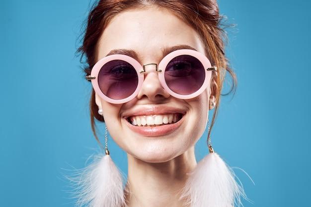 Emocjonalna kobieta w okularach przeciwsłonecznych, modna dekoracja pozowanie zbliżenie