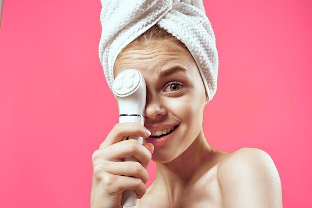 Emocjonalna kobieta z odkrytymi ramionami oczyszczająca zabieg dermatologii twarzy