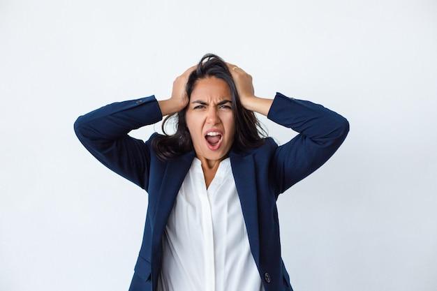 Emocjonalna młoda kobieta krzyczy przy kamerą