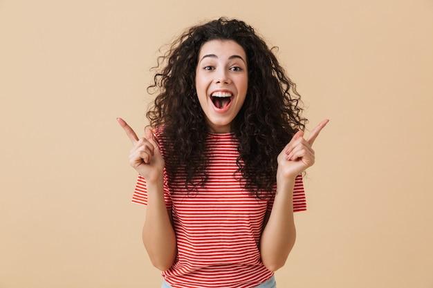 Emocjonalna młoda kobieta z palcami w górę