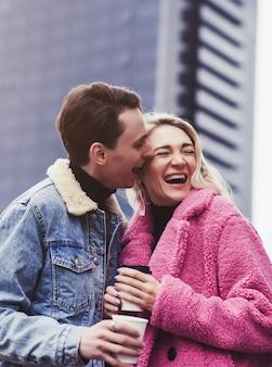 Emocjonalna para zakochanych obejmuje się w mieście. walentynki