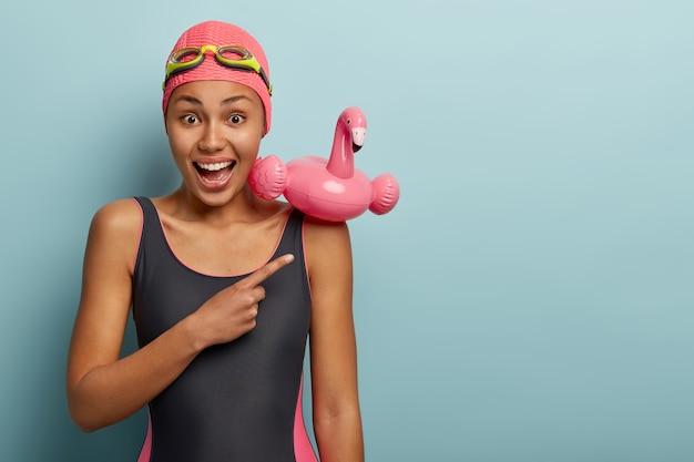 Emocjonalna pływaczka pozuje z okularami
