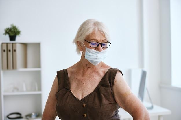 Emocjonalna stara kobieta w klinice paszport szczepionki covid
