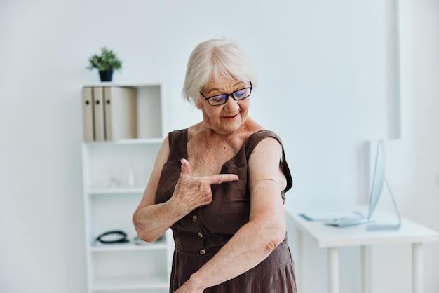 Emocjonalna stara kobieta w szpitalu paszport szczepionki covid