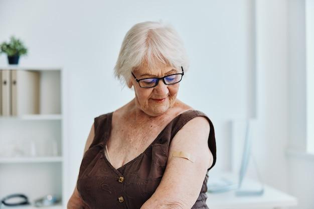 Emocjonalna stara kobieta w szpitalu paszport szczepionkowy ochrona immunologiczna