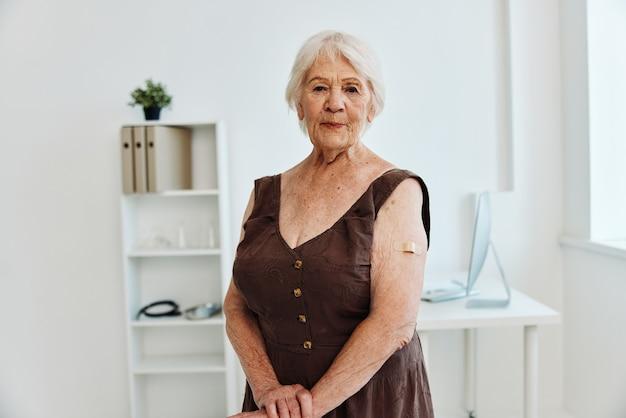 Emocjonalna stara kobieta z plastrem na dłoni paszport szczepionkowy covid