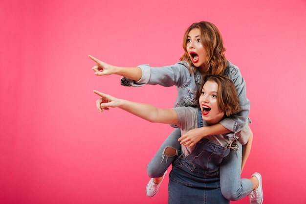 Emocjonalne niesamowite dwie kobiety przyjaciele bawią się
