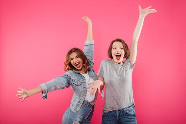 Emocjonalne podekscytowane dwie kobiety przyjaciółki