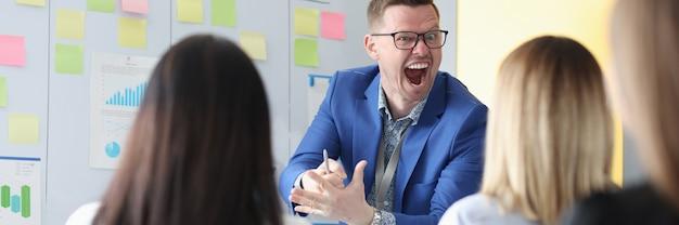 Emocjonalnie krzyczący trener biznesu prowadzi szkolenie pracowników, jak oprzeć się niegrzeczności głowy