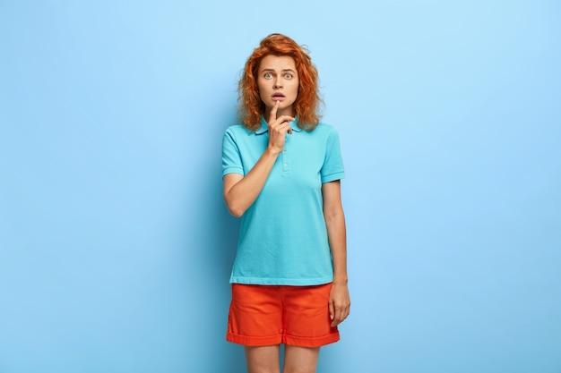 Emocjonalnie zawstydzona rudowłosa dziewczyna wstrzymała oddech ze strachu