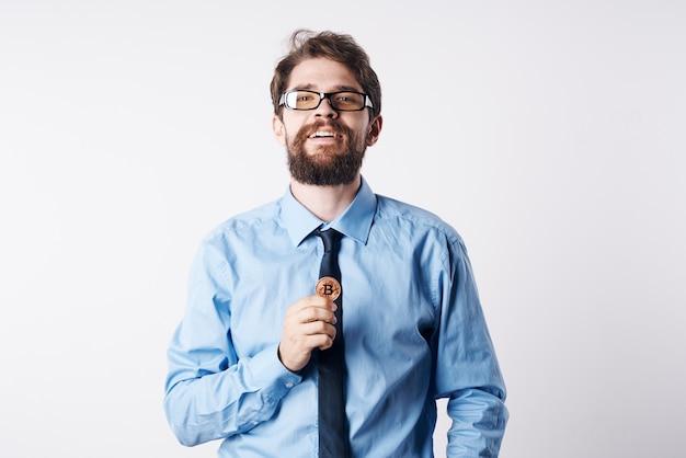 Emocjonalny biznes człowiek w koszuli z krawatem kryptowaluta finansów elektronicznych pieniędzy. zdjęcie wysokiej jakości