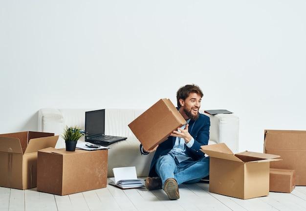 Emocjonalny biznesman pudełka z oficjalnymi profesjonalnymi opakowaniami biurowymi
