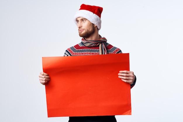 Emocjonalny człowiek czerwony papier billboard reklama świąteczne studio copyspace