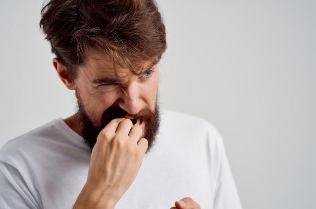 Emocjonalny człowiek medycyna ból zęba i problemy zdrowotne jasne tło