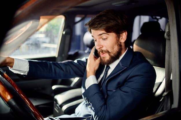 Emocjonalny człowiek oficjalna komunikacja drogowa pasażera przez telefon