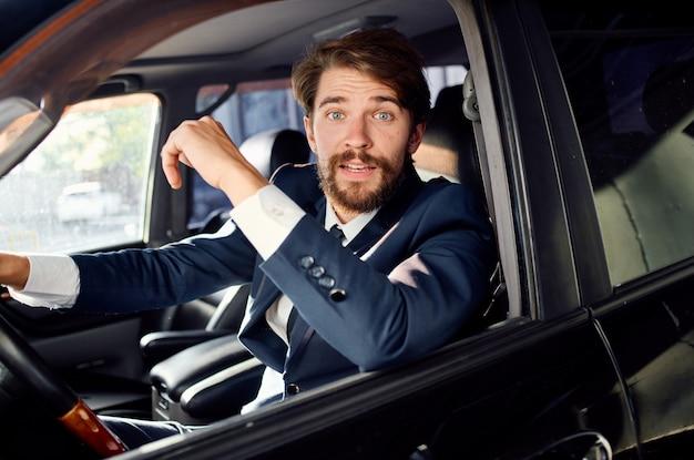 Emocjonalny człowiek oficjalna obsługa drogowa kierowcy pasażera. zdjęcie wysokiej jakości