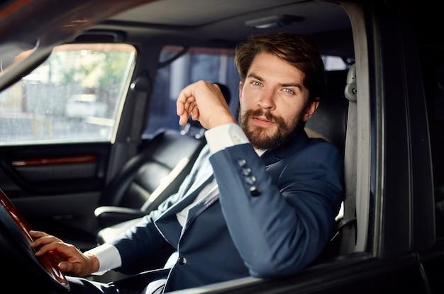 Emocjonalny człowiek oficjalny kierowca pasażera droga sukcesu usługi bogata