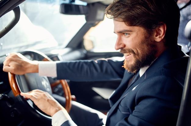 Emocjonalny człowiek oficjalny sukces drogowy kierowcy pasażera