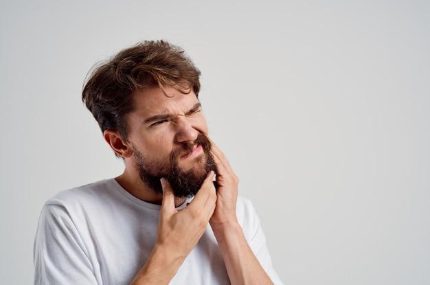 Emocjonalny człowiek stomatologiczny problem stomatologia leczenie jasnym tle. zdjęcie wysokiej jakości