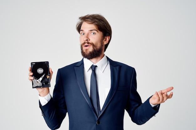 Emocjonalny człowiek technologia odzyskiwania informacji z dysku twardego. zdjęcie wysokiej jakości