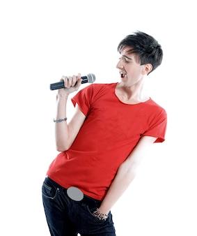 Emocjonalny facet z mikrofonem. na białym tle