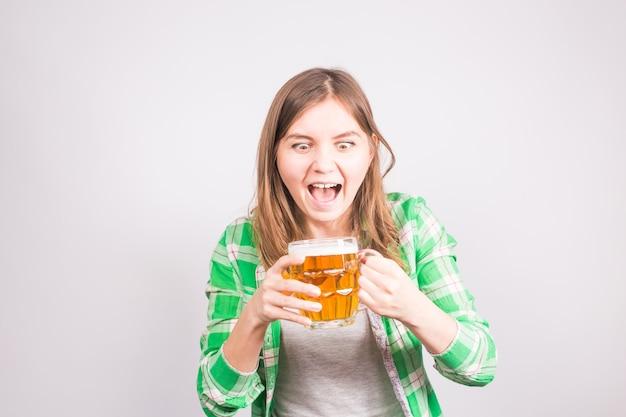 Emocjonalny fan przy piwie. kobieta z kuflem piwa