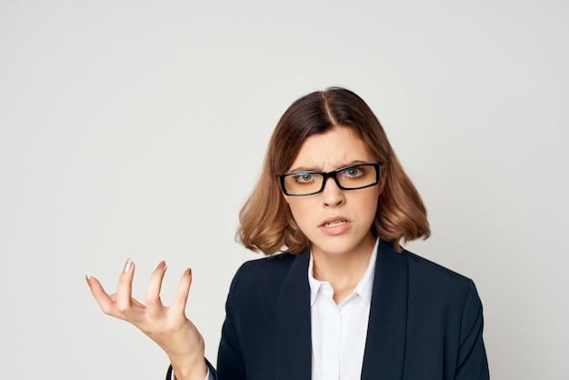 Emocjonalny gest kobiety biznesu z oficjalnym jasnym tłem rąk