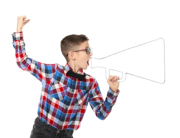 Emocjonalny mały chłopiec z papierowym megafonem na białym tle