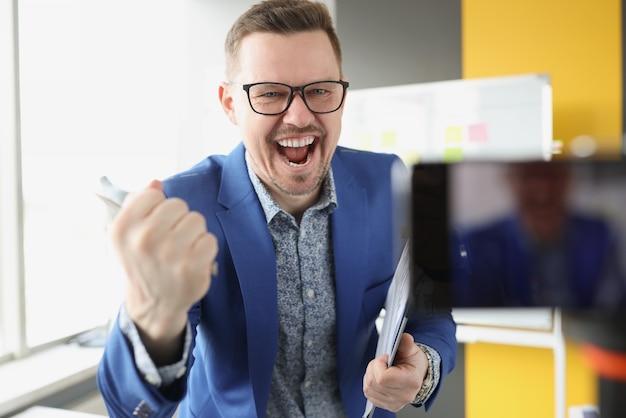 Emocjonalny męski mentor prowadzi szkolenie online, ucząc się koncepcji zdalnych zarobków