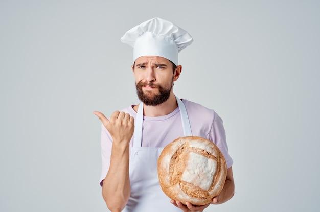 Emocjonalny męski piekarz gotujący profesjonalista