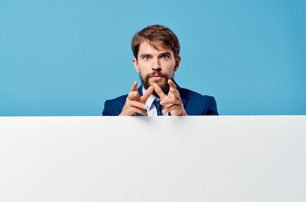 Emocjonalny mężczyzna biała makieta plakat w ręku reklama na białym tle. zdjęcie wysokiej jakości