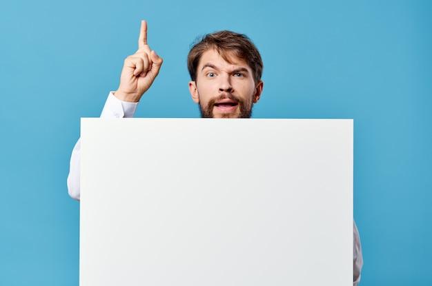 Emocjonalny mężczyzna biały makieta plakat w ręku reklama na białym tle