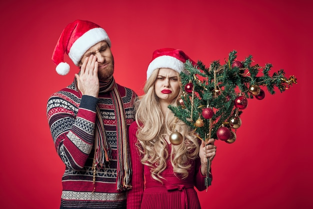 Emocjonalny mężczyzna i kobieta świąteczne prezenty świąteczne czerwone tło