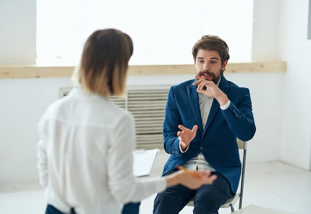 Emocjonalny mężczyzna komunikujący się z psychologiem dyskusja o terapii stresu