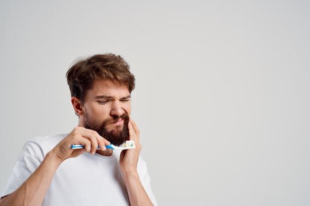 Emocjonalny mężczyzna opieka stomatologiczna stomatologia ból zęba jasne tło