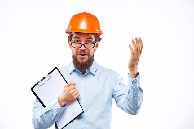 Emocjonalny mężczyzna pracuje w studiu budowlanym gest ręki