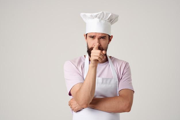 Emocjonalny mężczyzna szef kuchni kuchnia restauracja obsługa pracy