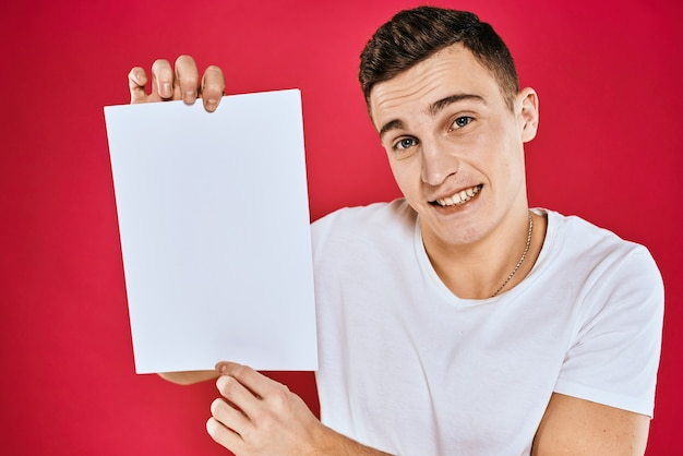 Emocjonalny mężczyzna trzyma arkusz papieru kopia przestrzeń t-shirt czerwony