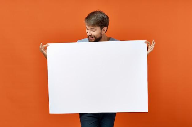 Emocjonalny mężczyzna trzyma makieta plakat zniżkowy styl życia studio