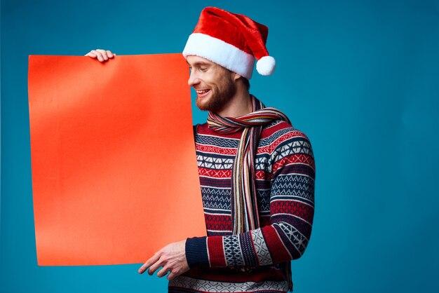 Emocjonalny mężczyzna w nowym roku ubrania reklama kopia przestrzeń studio pozowanie