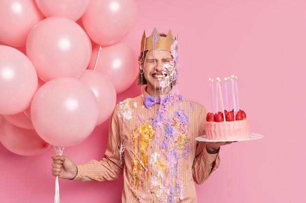 Emocjonalny mężczyzna zaciska zęby otrzymuje nieoczekiwane gratulacje