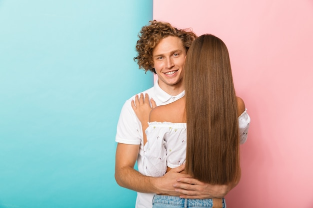 Emocjonalny młody szczęśliwy kochający para przytulanie pozowanie na białym tle.