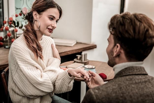 Emocjonalny moment. kobieta otrzymująca propozycję od swojego chłopaka