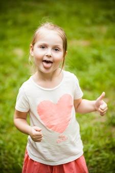 Emocjonalny portret dziewczynki blondynka w parku