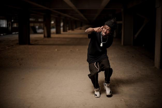 Emocjonalny portret gestykulującego faceta afroamerykańskiego