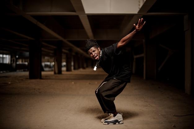 Emocjonalny portret tańczącego afroamerykańskiego faceta