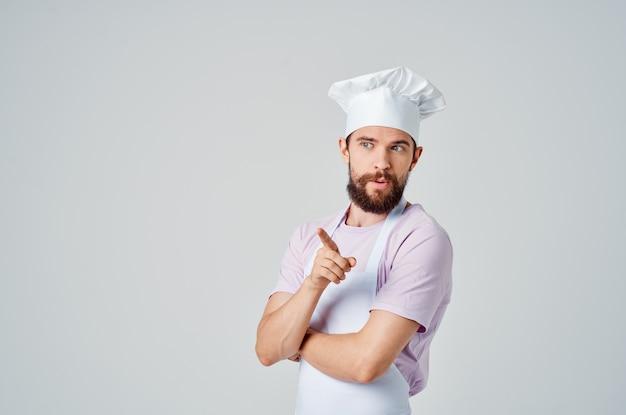 Emocjonalny szef kuchni gestykuluje rękami dla smakoszy profesjonalnego gotowania