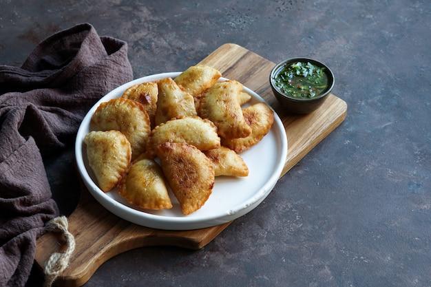 Empanady smażone w latynoamerykańskim sosie. widok z góry.